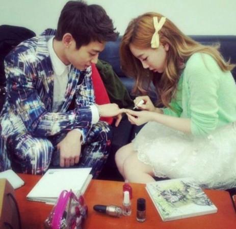 """自己为珉豪做美甲的照片,同时写道:""""经常来姐姐休息室聊天的超萌珉豪"""""""