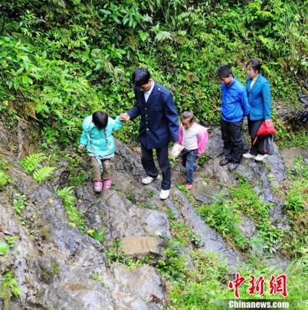 """湖南桑植学生艰难""""求学路"""":每周爬天梯过悬崖"""