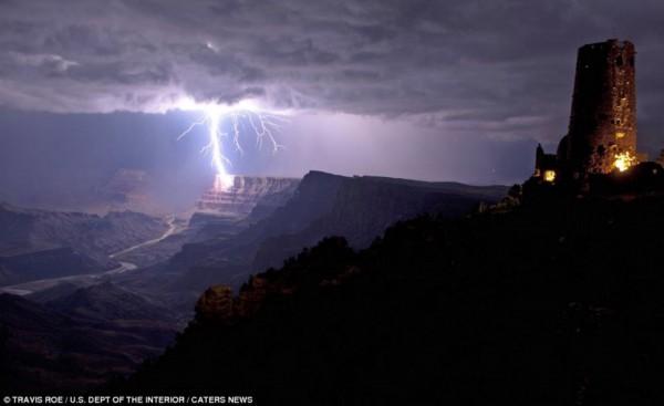 夜幕下闪电直击大峡谷壮观