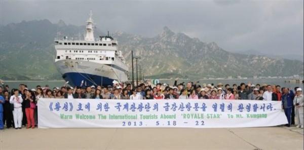 日媒称外国游客乘坐新加坡游轮抵达朝鲜金刚山