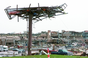 5月21日穆尔市被龙卷风摧毁的公寓楼。新华社发