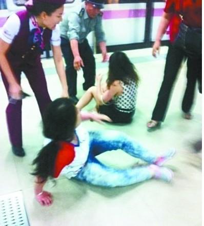 武汉4名女子地铁抢座互殴 盘点种种地铁奇葩高清图片