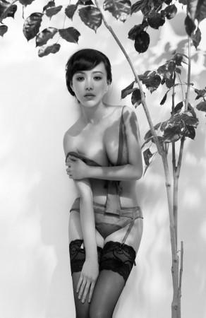 韩一菲镂空黑色蕾丝写真