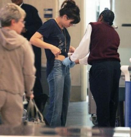 实拍美国机场安检 摸遍全身隐私部位手法令人