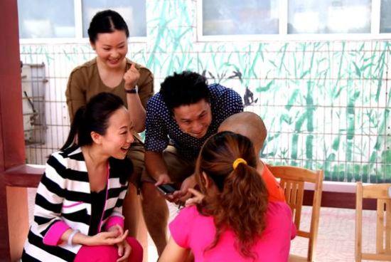 发起人合力、歌唱家周岚、韩旭试着与自闭症儿童交流   5月30日,在临近一年一度的六一儿童节之际,由策划人、《华语音乐排行榜》总监合力携手青年歌唱家周岚、韩旭组成的《合力爱心行动》小组走进北京星星雨儿童教育研究所(自闭症儿童公益教育研究所),与自闭症小朋友共度六一。   近年来,一直视爱心公益事业为己任的策划人合力,几乎把关注弱势群体纳入了自己工作中重要的一部分,每年由他策划、组织的环保、公益、支助贫困山区的爱心公益活动不下5场,刚刚结束了长达20天的四川雅安的赈灾活动《爱心包裹行动》,再