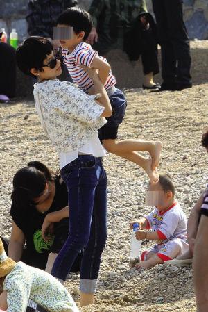 六一儿童节期间,董洁带着儿子来到海边玩耍,还有同来的父母.