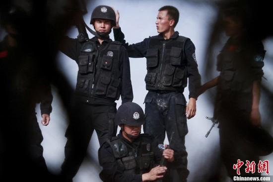 组图:新疆喀什特警戈壁滩中全副武装进行耐高
