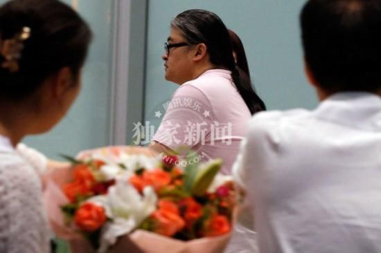 刘欢一家三口出游女儿打头阵 牵妻子卢璐秀恩爱