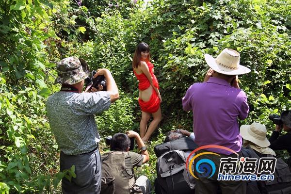 美丽海南人体摄影海口开拍:模特草丛中惊艳[图]