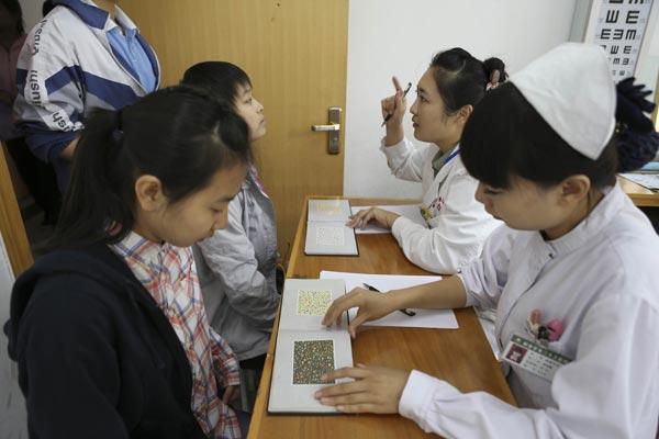 李翔/医院医护人员为学生进行色盲测试。李翔摄