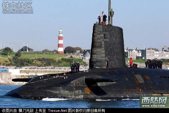资料图:英国前卫级核潜艇   前卫级潜艇大量采用美园和本国生严的先进电子设备,包括导弹射击指挥仪、惯性导弹系统、光电潜望镜、综合战术武器系统和2054型多功能综合吉纳系统等,大大提高了潜艇的作战能力。20世纪80年代,英国着手开发第二代战略核潜艇前卫级,这也是英国最新一级战略核潜艇。首艇前卫号于1986年9月开工,1993年8月正式服役,计划共建造4艘。该级潜艇仿照美国海军俄亥俄级设计,但吨位较小前卫级潜艇在提高隐身能力上下了很大功夫,为了降噪,采用了经过淬火处理的变额硬化齿轮,这种齿轮啮合力