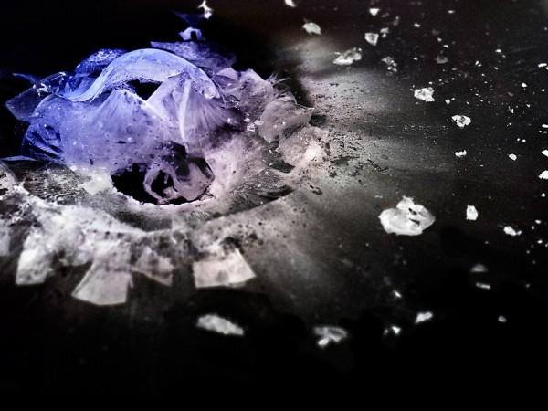 摄影师拍摄子弹击碎有机玻璃瞬间(高清组图)
