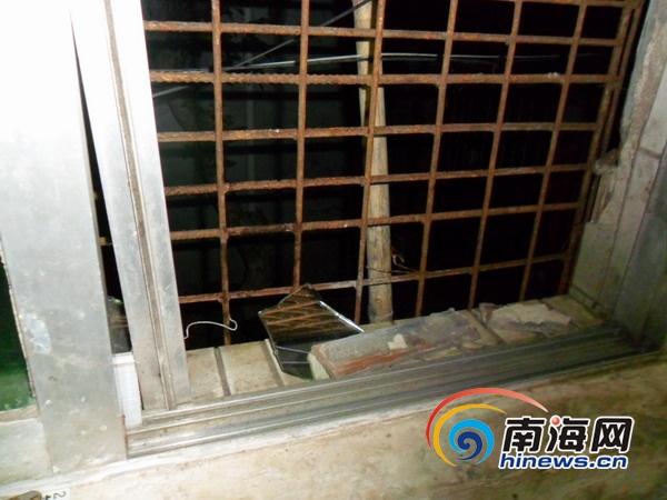 孙令正/爆炸也炸坏了邻居家的玻璃窗户(南海网记者孙令正摄)