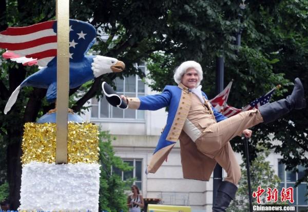 华盛顿/华盛顿时间7月4日,美国首都华盛顿举行盛大游行,庆祝美国建国...