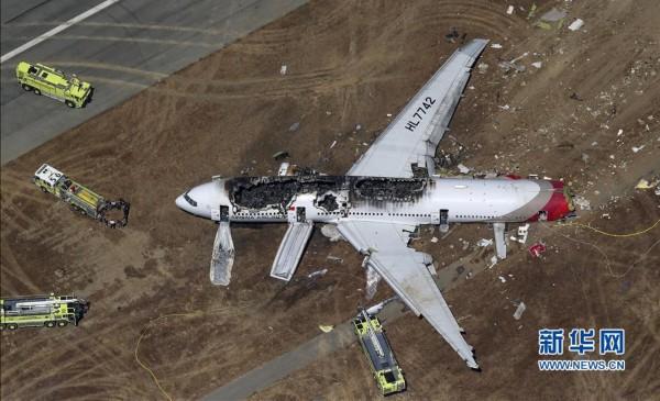 这是7月6日在美国加利福尼亚州旧金山国际机场俯拍的失事客机残骸。新华社/路透   7月6日,韩国亚洲航空公司一架波音777-200型客机在美国旧金山国际机场降落过程中发生事故,燃起大火。美国旧金山消防部门主管宣布,失事航班上目前已有2人死亡、48人在医院接受治疗。   韩国一架波音777飞机在旧金山失事(高清组图)   来源:新华网