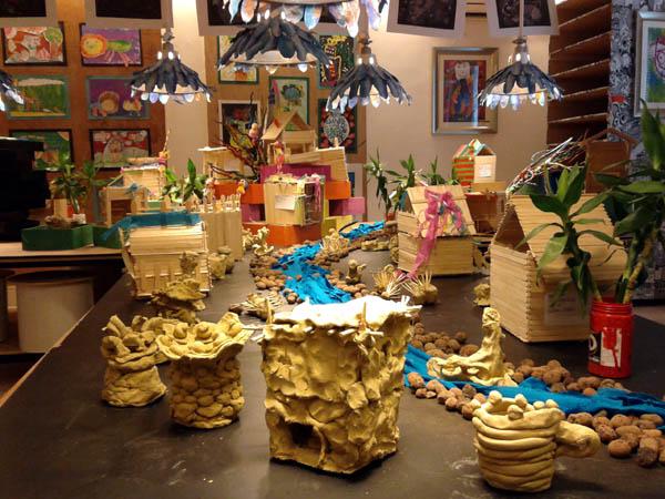 在胡画艺术画展上,孩子手工作品集《溪水流过一个小村落》。(通讯员张宝琴摄)    在画展上,大部分的摆设和作品都是孩子们利用废弃材料创作的,画室里的座椅是废弃的报纸和废弃的单车把手重新卷折和捆绑而成的。(通讯员张宝琴摄)    在胡画画展的画室里,流光溢彩的灯是由倒扣的废旧水桶做成的。(通讯员张宝琴摄)    暑期来临,海口的家长带着孩子参观胡画作品。(通讯员张宝琴摄)    在画展上,大部分的摆设和作品都是孩子们利用废弃材料创作的,图为孩子用废旧材料和涂料制作的立体画。(通讯员张宝琴摄)   南海网