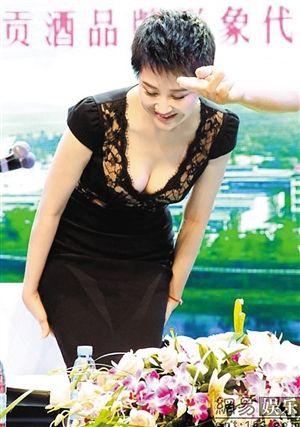 女主角黑色就有身着1许晴情趣有哪个酒店椅北京情趣内衣图片