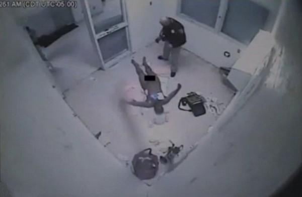 【环球网综合报道】据英国《每日邮报》7月9日报道,当地时间8日,一则记录2011年囚犯艾略特威廉姆斯在狱中死前51个小时情形的视频被公开,视频中威廉姆斯因大小便失禁被置于喷头下冲洗、靠手脚爬行、不断用头撞墙等。在此期间,威廉姆斯未得到任何医疗救助。   威廉姆斯因被指控在一家酒店制造骚乱而被逮捕。根据以威廉姆斯名义申请的控诉可知,呆在拘留室的10个小时里,威廉姆斯因大小便失禁被置于淋浴喷头下冲洗长达2小时之久。随后,威廉姆斯被转送到监狱。在心理医生的鉴定下,他被关进自杀单间里。   从入狱到死亡