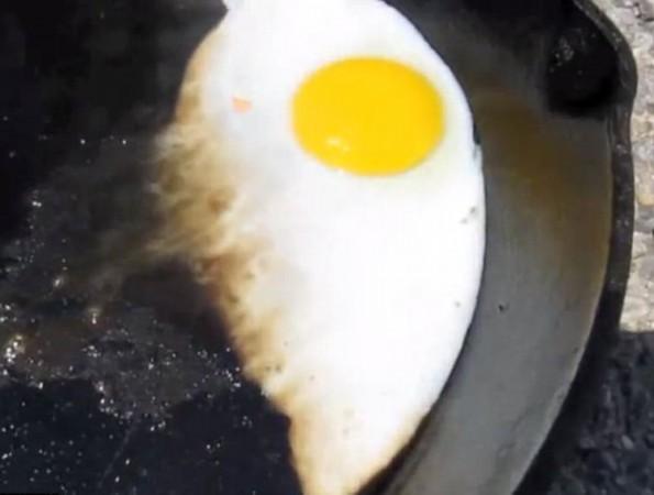 亡谷超高温 游客石头上煎鸡蛋