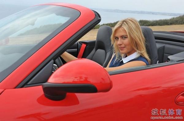 莎拉波娃海边开跑车 红黑两色显曼妙风采组图