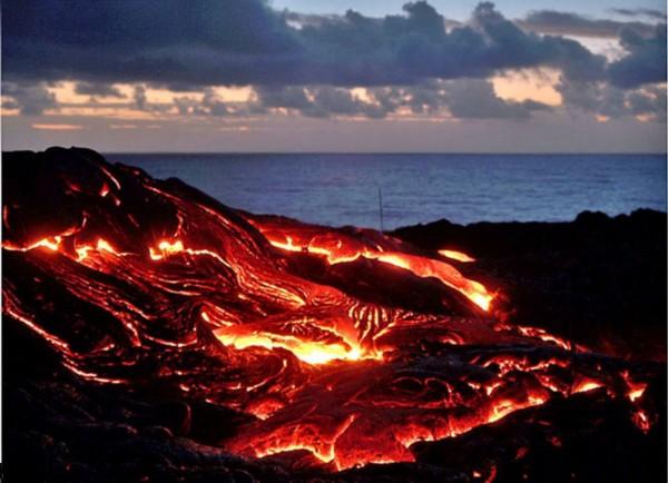 摄影师站岩浆上拍火山无惧被烧着(高清组图)