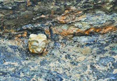 叶家山西周墓葬群现青铜双面人像 或为 镇墓