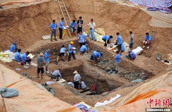 周墓葬群考古发掘现场发掘出的西周早期青铜双面神像
