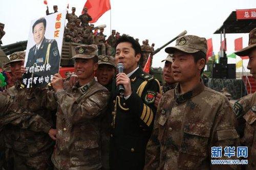 资料图:总政歌舞团演员蔡国庆在南疆军区某炮兵团进行慰问演出-专