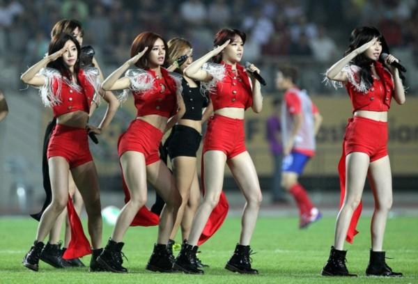 韩国女子组合献唱东亚杯
