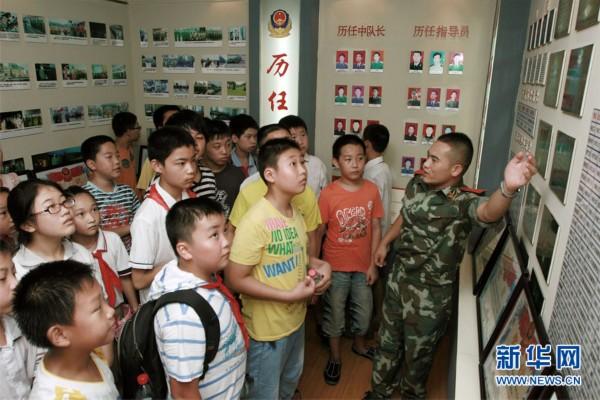 参观部队荣誉室接受革命传统教育戚良鹏摄高清图片