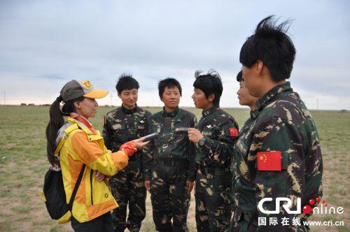 记者在采访女特种兵杜思敏-探秘中国陆军首支女子特战连