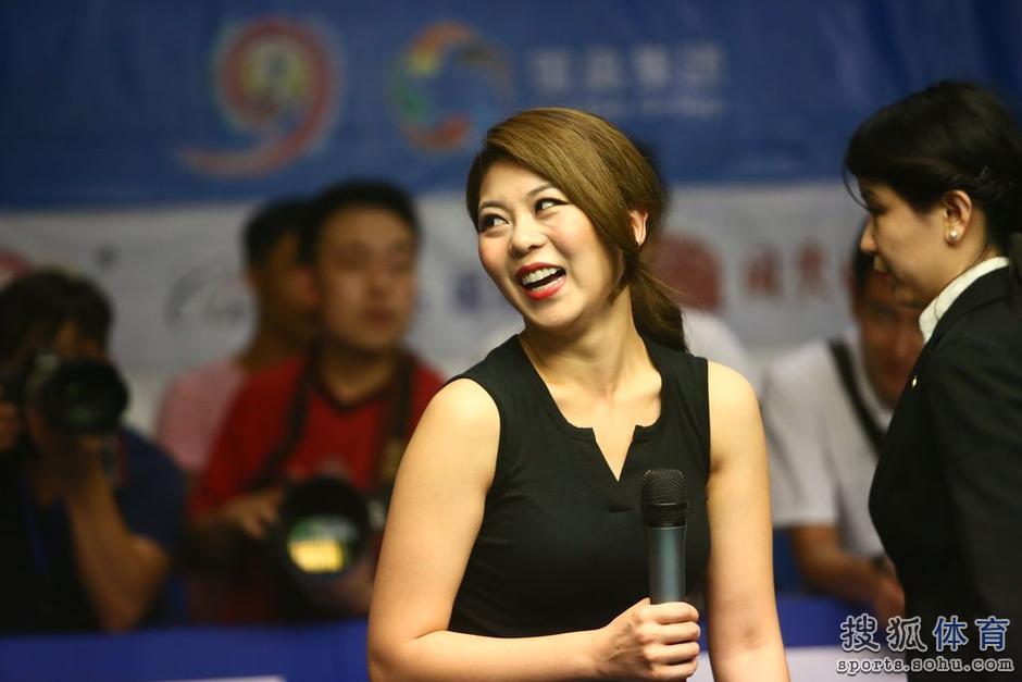 高清:撞球表演潘晓婷开心大笑 金佳映身材抢眼