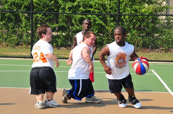 6/15   与队友约战   或许你见过太多眼花缭乱街球表演、听过太多篮球巨星成长的心酸往事,见证过太多篮球经典时刻,但下面这位1米35的街球袖珍人绝对会给予你另一种震撼,他就是著名的袖珍人中的迈克尔-乔丹加曼尼-斯万森(Jahmani Swanson、绰号Mani Love)。   斯万森现年27岁,身高1.