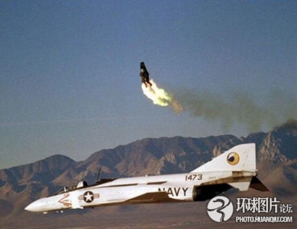 实拍:飞机遇难时飞行员跳舱逃生瞬间
