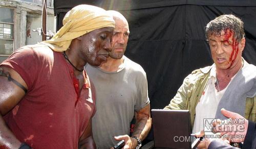 火枭雄康拉德·斯通班克斯(梅尔·吉布森饰),而由于新仇旧恨,康