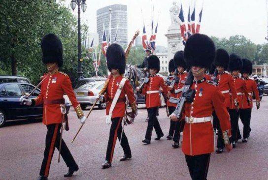 6名英国皇家卫兵被控在纽约袭击美国警察(图)