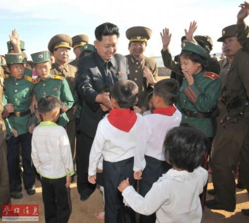 金正恩视察前线守岛部队 怀抱儿童