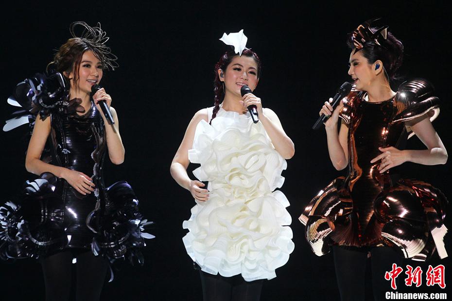 组图:SHE南京开唱三人激情热吻引粉丝尖叫