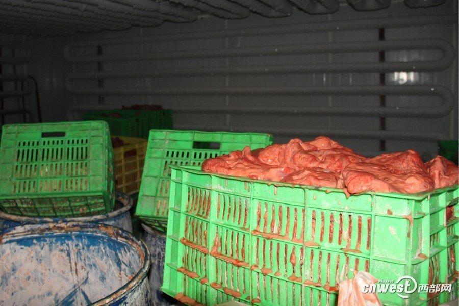 西安/民警介绍,黑作坊的仓库里存有大量的半成品。