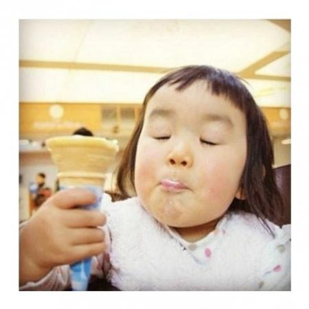近日,一个留着齐刘海的小女孩爆红网络,被网友们封为表情女帝大人.图片