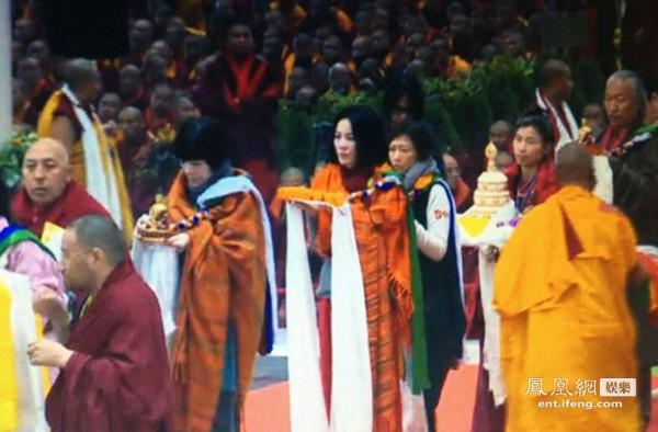 王菲/2012年12月,热爱佛教的王菲再赴印度朝圣。王菲身着法袍行礼,...