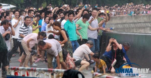 09台风天兔图片_组图台风天兔助力钱江潮水更凶猛环保资讯