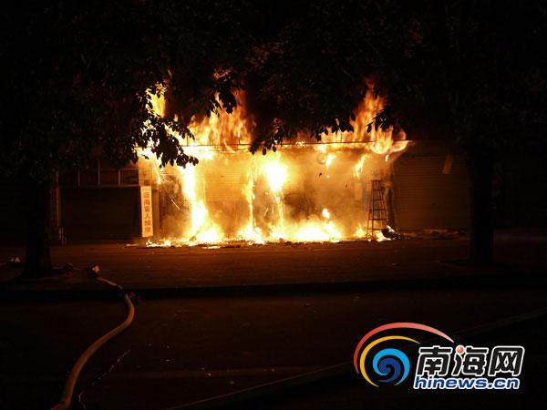 消防员正灭火。通讯员 樊骁 摄