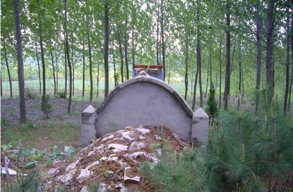 坟地长期守墓人