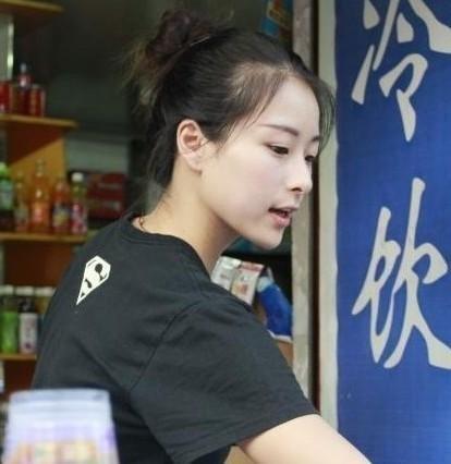 她姓刘,1990年生图片