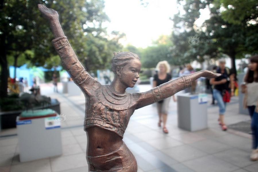 芙蓉姐姐雕像亮相 海南风情雕塑艺术展 亮瞎路人眼睛
