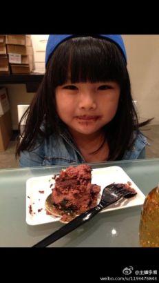 李湘女儿萌照 大口吃蛋糕表情可爱(图)