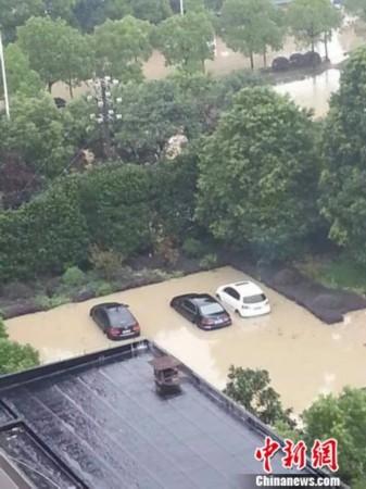 浙江宁波最严重受灾地 城区空地受淹 市民陷汪洋 高清图片