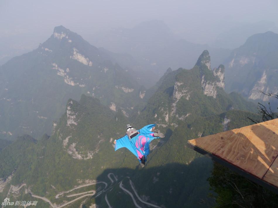 体育综合    翼装飞行世锦赛出意外 降落伞未打开选手高空坠落