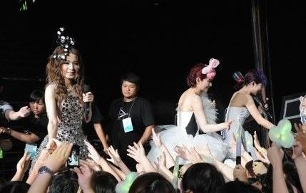 selina入选台湾教材 今年6月she演唱会现场图片 高清图片